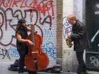 """polishbob """"uliczny duet"""" (2007-12-18 13:47:19) komentarzy: 2, ostatni: fajna fota, sądzac po instrumentach, pewnie jazz grają. Co do kadru, stopy uciąłes niepotrzebnie, ale klimacik fota ma:)"""