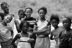 """Dorota Łajło """"portret namibijskich dziewczynek napotkanych przy drodze"""" (2008-03-31 22:51:53) komentarzy: 11, ostatni: ta po lewej w pierwszym rzędzie to urodzona modelka; i to nie tylko poza, ale ma coś w twarzy (oprócz piękna): coś czekającego na odmianę zycia może. A poza ty sympatyczne zdjęcie"""