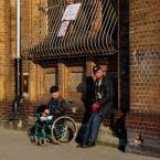 """ojosdebrujo """"o dwóch takich co im życie ktoś ukradł"""" (2008-05-15 22:08:39) komentarzy: 25, ostatni: Gość na wózku to stały bywalec tego miejsca,zwykle widać go pod płotem po drugiej stronie ulicy wciśniętego w kont i śpiącego..:("""