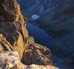 """Nataszka_Figiel """"łypie szmaragdowym okiem"""" (2008-11-21 12:02:46) komentarzy: 8, ostatni: Bardzo ładne zestawienie ciepłej oświetlonej skały i zimnej zacienionej doliny"""