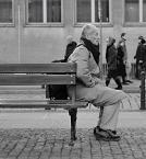 """Maciej Konopka """"na chwilę..."""" (2009-03-11 07:54:23) komentarzy: 16, ostatni: Przy takich zdjęciach nasuwają mi się pytania: na co czeka, na kogo czeka, dokąd zmierza, czy wie dokąd zmierza, czy to zwykły odpoczynek, czy zatrzymanie przed podjęciem decyzji.... Czasami, gdy nie wiem, co mam robić dalej, gdy ogarnia mnie..."""