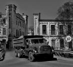 """Andrzej Klauza """"Tatra 148"""" (2009-04-12 13:28:44) komentarzy: 12, ostatni: Gdyby nie vlepki na znaku drogowym, spokojnie by weszło do działu retro ;)"""