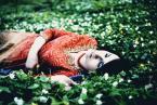 """ofu5 """"M"""" (2009-04-26 11:34:05) komentarzy: 10, ostatni: Gdzie piękne oczy swe obróci pani, Jak samym słońcem nimi świat ogrzewa; Jak nowa Flora ziemię w liść odziewa I wywołuje kwiatów moc z otchłani.  Milkną ptaszkowie leśni zakochani, Gdy ona głosem swym czarownym śpiewa; Nagich gałęzi swych..."""