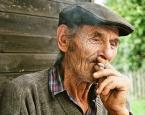 """lelo999 """"***"""" (2009-05-31 13:16:18) komentarzy: 4, ostatni: zamarłem... twarz w tym ujęciu do złudzenia przypomina mi nieżyjącego już dziadka, który na wiejskiej ławeczce zgarbiony, kurząc papierosa czekał, nieustannie czekał na odwiedziny dzieci, wnuków bądź sąsiada, który o czasu do czasu zaglądał by..."""