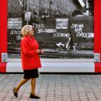 """myszok """"..."""" (2010-10-17 15:13:10) komentarzy: 4, ostatni: gdyby ta pani w czerwonym jeszcze wozek pchala... czerwony. to byloby mistrzostwo dopiero. fajnie uchwycone"""