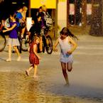"""zbigniew-en """"........................idzie lato;)"""" (2011-05-06 22:31:11) komentarzy: 3, ostatni: Swietne ! Ta dziewczynka z przodu wyglada jak wklejona lub duch ! Bardzo fajna scenka ! Ta minka odwroconej dziewczynki ! Bomba !"""