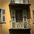 """aston martin """""""" (2011-05-11 21:51:34) komentarzy: 2, ostatni: pokrzywione,.... rower tez stoi na balkonie. smutne troche ale...w słoncu poludnia wszystko właśnie odpoczywa, gdzieniegdzie siesta zwykła bywa"""