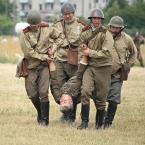 """Andres42 """""""" (2011-07-22 06:44:22) komentarzy: 10, ostatni: Hmm... czy w taki sposób się nosi rannych? Nie trzeba być w wojsku, by stwierdzić, że nie. Ten żołnierz jest raczej wleczony, a mundur jednoznacznie wskazuje, że był po drugiej stronie."""