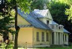 """opty49 """"Dwór w Zamieściu"""" (2012-02-02 19:03:36) komentarzy: 3, ostatni: Dach jeszcze wytrzymuje, rynny nowe... Ciekawe. Myślę, że nieco za ciasny kadr jest. :{)"""