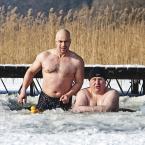 """adamix69 """"pozdro :)"""" (2012-02-13 23:26:11) komentarzy: 53, ostatni: ... pamiętam to foto!... kaczuszka na spacerze...:-), boskie!"""