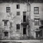 """macieknowak """"Trochę okien i trzepak"""" (2012-03-31 16:43:12) komentarzy: 10, ostatni: Jaka rozmaitość kształtu i dowolność położenia okien. Budowano z fantazją :)"""