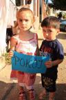 """Cigana """"Pokój"""" (2012-06-26 20:30:55) komentarzy: 5, ostatni: Pozowane - niepozowane, mam całą serię zdjęć jak te dzieciaki próbują sobie tę kartkę wyrwać :) To jedyne zdjęcie, gdzie stoją stabilnie:)"""
