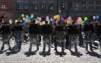 """Maciej Konopka """"Balonowa eskorta....."""" (2012-07-25 20:31:23) komentarzy: 28, ostatni: Kontrasty... świetne ujęcie. To przy Mazowieckiej?"""