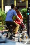 """Janusz Z Sawicki """"Slodki bagaz"""" (2012-08-19 11:15:30) komentarzy: 7, ostatni: Zatrzymałem się na tym zdjęciu ze względu na rower. Ale sytuacja bardziej przemawia, szkoda ostrości."""