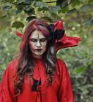 """Monika K. """"Czerwona dama"""" (2012-11-15 21:02:51) komentarzy: 4, ostatni: Jak dla mnie makijaż i widoczny rzep be"""