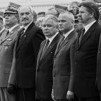 """Slawekol """"Przy grobie"""" (2013-01-18 23:42:25) komentarzy: 89, ostatni: Zdjecie dobre, mnie sie podoba. Trzy osoby, kazda patrzy w innym kierunku. Moze to troche sugestia pozniejszych dzialan, ale pan Maciarewicz zdecydowanie patrzy z podejzliwoscia,  pan prezydent na fotografa, chyba chcial sie usmiechnac, ale nie..."""