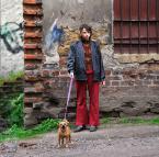 """Maciej Konopka """"Dziewczyna z psem na smyczy - z serii : Miasto Duchów"""" (2013-06-10 22:17:23) komentarzy: 33, ostatni: pies na smyczy ale ostrość mi się wydaje że jest na murku który pięknie wyszedł :)"""