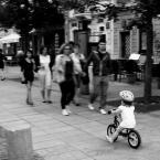 """j2p """"sprawa na dziewczynkę i rowerek"""" (2013-07-09 00:25:37) komentarzy: 3, ostatni: Sprawa mnie meczyla i ustalilem, ze pojazd na zdjeciu nazywa sie zgodnie z nomenklatura handlowa rowerek biegowy znaczy , ze jednak rowerek :)"""