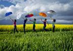 """maszu """"....."""" (2014-05-14 18:34:26) komentarzy: 6, ostatni: :D Ja bym chciała, żeby wszystkie osoby z parasolkami równocześnie podskoczyły (z radości ;) ) Wtedy CYK i byłoby bosko!! :)"""