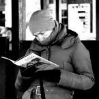 """IV Król """"*"""" (2016-11-03 05:03:48) komentarzy: 2, ostatni: Uwielbiam fotografie przedstawiające ludzi czytających książkę. Na przystankach, w autobusie, pociągu itp. Tak po prostu."""